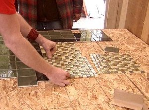 На фото - укладка керамической плитки на столешницу, ogodom.ru