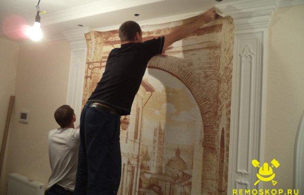 Клеим фреску на стену