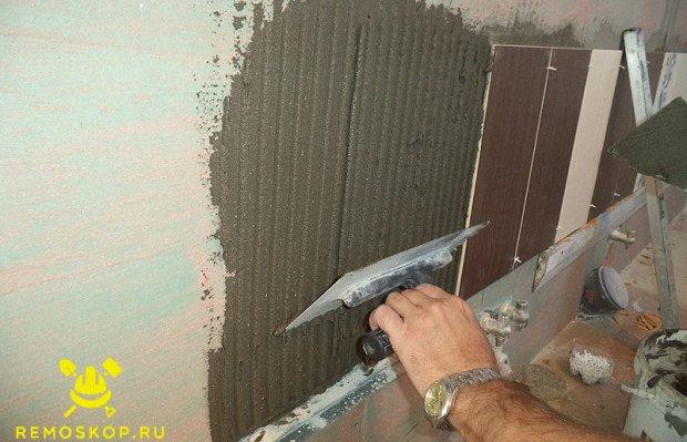 Наносим  на стену клей