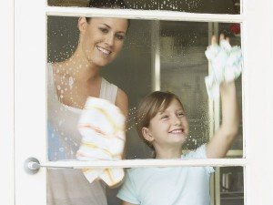 На фото - средства ухода за пластиковыми окнами, oknakomforta.ru