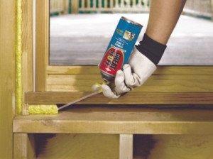 На фото - герметизация деревянного подоконника, pro-uteplenie.ru