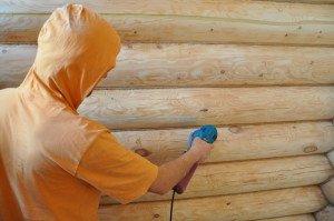 На фото - шлифовка блок-хауса перед покраской, bober-stroi.ru