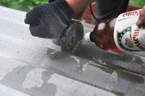 На фото - резка смоченного водой шифера, photo-revue.ru