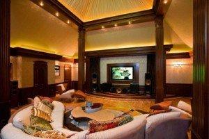 Гостиная, кинотеатр, гардеробная комната – полезные решения фото