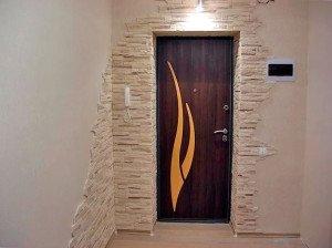 На фото - дверные откосы из искусственного камня, andal.ru