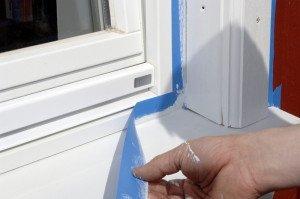 На фото - бумажная лента для защиты окна от краски, decorating-supplies.co.uk