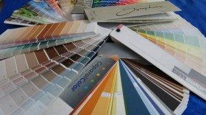 На фото - выбор цвета акриловой краски для откосов, ua.all.biz