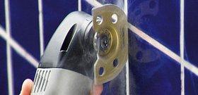 На фото - как удалить затирку из швов