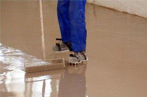 На фото - разравнивание смеси наливного пола в ванной, strport.ru