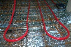 На фото - укладка отражающего теплоизолятора и армирующей сетки, postroy-sam.com