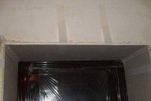 На фото - отделка откосов входной двери гипсокартоном, rosvo.info