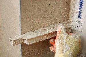 На фото - заделка откосов входной двери цементным раствором, sovetclub.ru