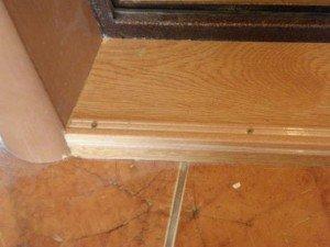 На фото - откосы входной двери из плит МДФ, pogoda-vrn.ru