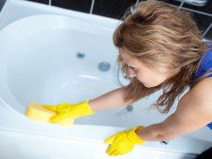 На фото - средства от плесени в ванной, kedr24.com/