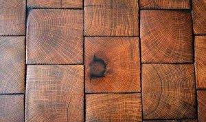 На фото - напольная плитка под дерево, papamaster.su