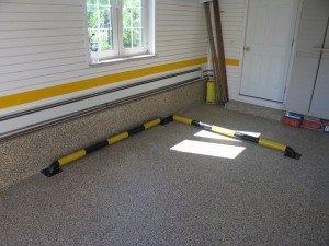 На фото - износостойкие цементные полы в гараже, strofix.ru