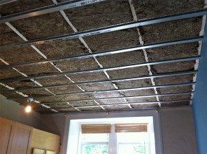 На фото - звукоизоляция потолка минеральной ватой, okna-leningrad.ru