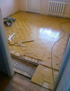 На фото - ремонт щитового паркета, ustroistvo-pola.ucoz.ru