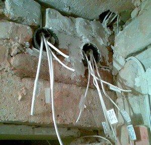 На фото - силовые кабели электропроводки в старых квартирах, poremontu.ru