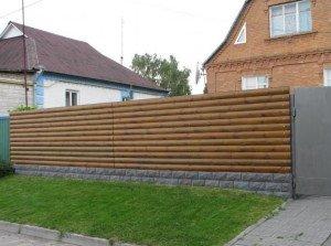 На фото - деревянный забор из блок-хауса, photodomik.ru