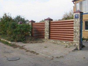 На фото - крепление блок хауса к забору, stroy-x.ucoz.ru