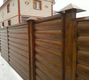 На фото - забор из металлического блок-хауса, master-saydinga.ru