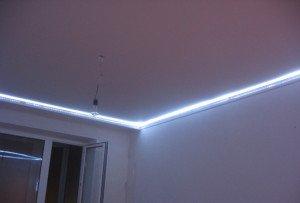 На фото - освещение в потолочных плинтусах, shkolapola.ru