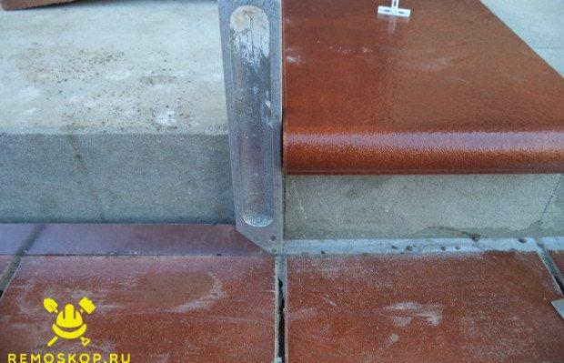 Раскладываем плитку верхней ступени