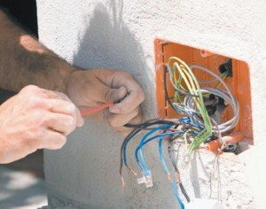 На фото - установка распределительных коробок для электропроводки, strmnt.ru