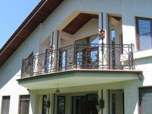 Простой вариант – дома с мансардой и балконом навесного типа фото