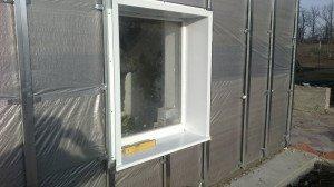 На фото - установка наружных откосов из металла, krainamaystriv.com