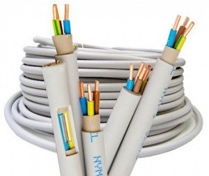 На фото - выбор кабеля электропроводки, pomo.ru