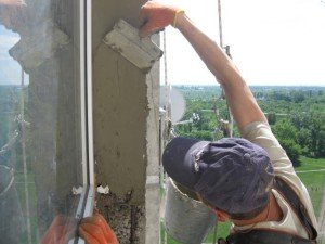 На фото - штукатурка внешних откосов пластикового окна, moyalodzhiya.ru