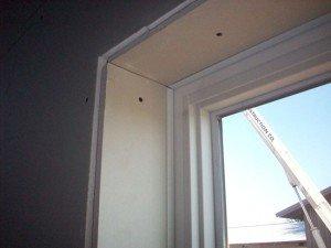 На фото - внутренние откосы окна из гипсокартона, gipsokartonom.ru