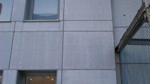 На фото - обшивка стен дома плоским шифером, fasad-blog.ru