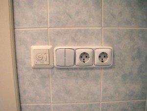 На фото - розетки в ванной комнате, eto-vannaya.ru