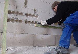 На фото - штробление стен для разводки электропроводки, domsvoimirukami.com