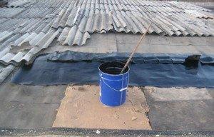 На фото - ремонт шифера асбестоцементной пастой, roof-tops.ru