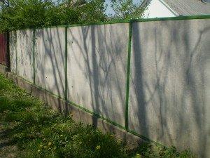 На фото - забор из асбестоцементного шифера, novakrovlya.ru