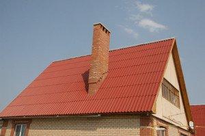 На фото - крыша из волнового шифера, krovlyakryshi.ru