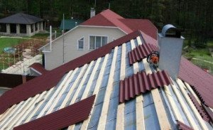 На фото - крыша из цветного волнового шифера, jedda-obabkova1996.land.ru