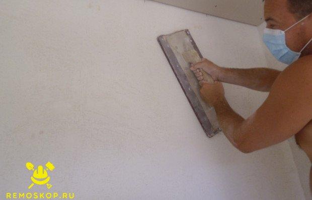Теркой ошкуриваем стены