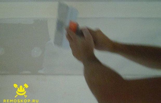 Нанесение шпаклевки на потолок
