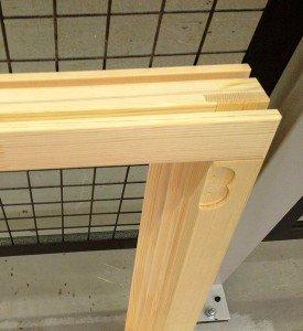 На фото - выставление углов деревянной рамы окна, rmnt.ru