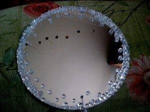 На фото - украшение зеркала стеклянными камешками, ibud.ua