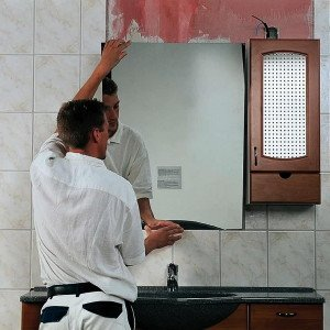 На фото - крепление зеркала на стену, kakprosto.ru