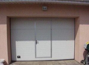 Фото ворот с дверьми для гаража с мансардой, dizayndoma.ru