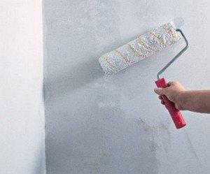 На фото - грунтование стен под шпаклевку, izgipsy.ru