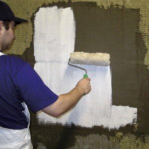 Фото нанесения грунтовки на стены, hsi.ru