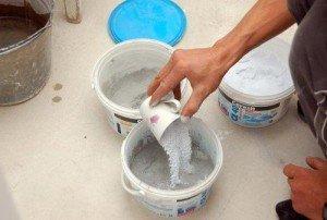 На фото - приготовление смеси для затирки швов плитки, aquagroup.ru